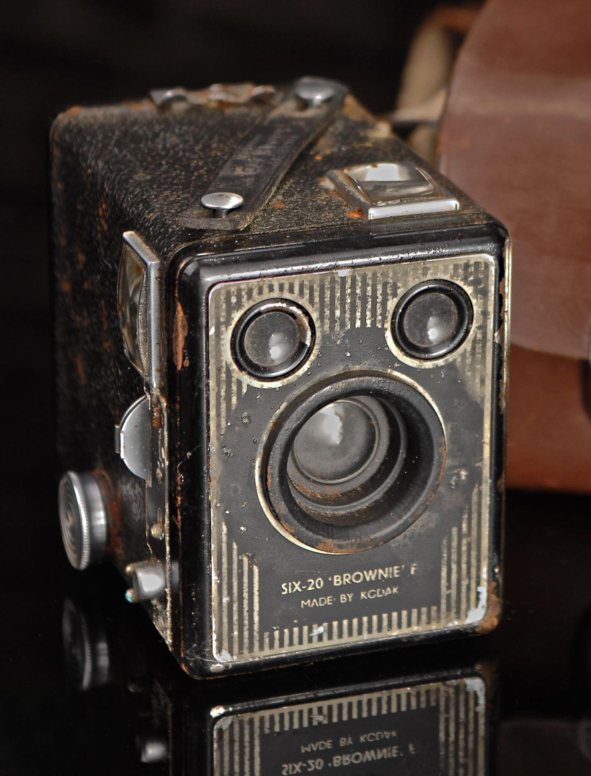 KODAK SIX-20 BOX BROWNIE MODEL E WITH CASE