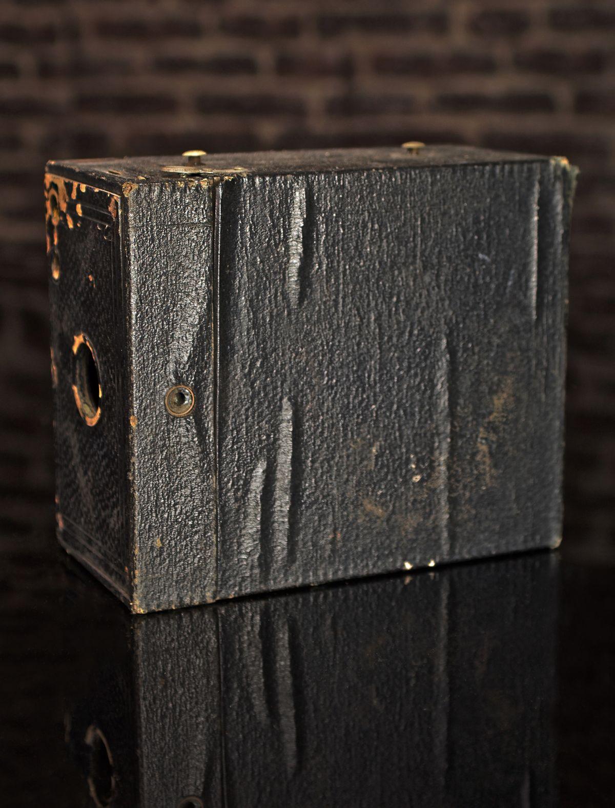 VINTAGE KODAK 2C BOX BROWNIE